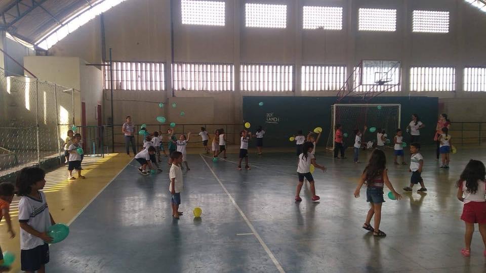 Alunos praticando atividades físicas e psicomotoras no Ginásio de Esportes - Prefeitura de Baia Formosa