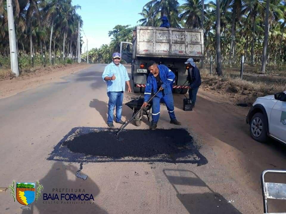 Retomado o serviço de tapa buracos na RN 062 - Prefeitura de Baia Formosa